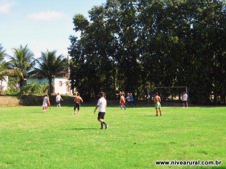 Vista do gol do campo de futebol